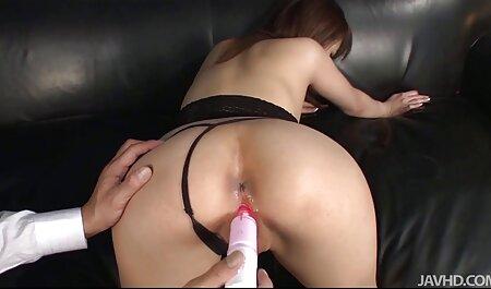 یک سگ زن جوان در یک بلوز صورتی سکس با مامان فیلم پاهای خود را پهن کرد.