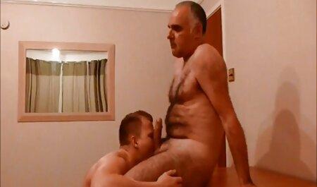 کالی عکس سکسی کس سفید برای ماساژ مردی را در الاغ قرار می دهد.
