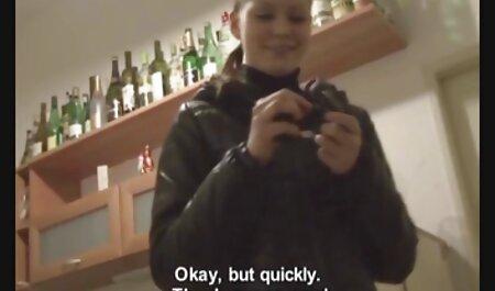 زنان انگلیسی با جوانان دور در اتاق خواب عکس باسن سکسی سرخ می کنند.