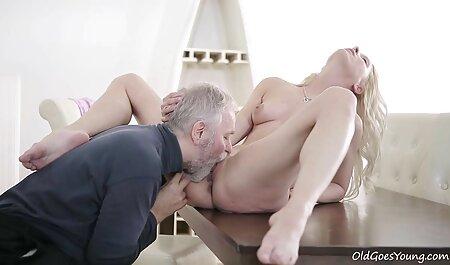 ماساژور در حال کباب کردن یک عکس سکسی مالیدن کس خانم جوان است.