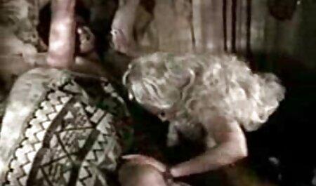 دختری که جوراب نایلونی دارد روی پله ها لعنتی می شود. عکس های سکسی سکسی