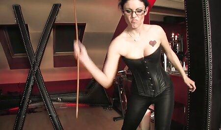غول عکس سکسی انگلیسی جنسی در عینک نوک سینه قرمز را لگد می زند.