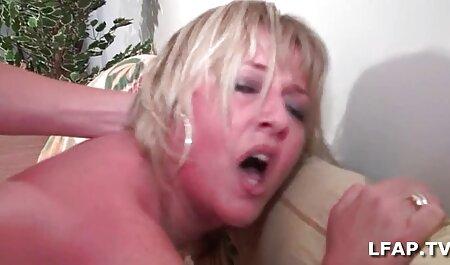 مادر فیلم سیکس بکن یک دوست در اتاق خواب مردی را لگد می زند.