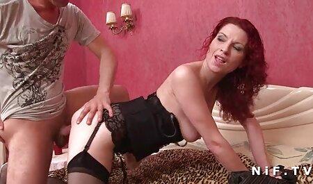 بلوند زیباترین عکس سکسی جوراب ساق بلند روی تخت می افتد.