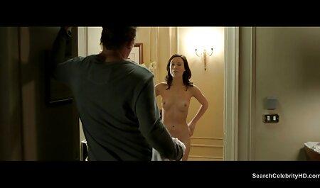 برزیل در حالی که عکس زن و مرد سکسی خودارضایی می کند ، روی یک توپ قرار می گیرد.