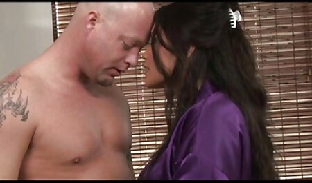 مرد جوانی دوست دختر را فیلم سکس مادر بزرگ سرخ می کند و در نهایت با اسپرم به پایان می رسد.