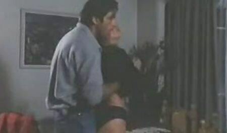 دو دختر در کلیپ کوتاه سکس ایرانی حال تفریح با نیک هستند.